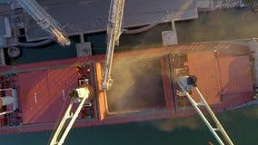 Η στενή άποψη των συγκομιδών σιταριού φόρτωσης σκαφών στο μαζικό ναυλωτή μέσω του κορμού στο ανοικτό φορτίο κρατά στο τερματικό σ απόθεμα βίντεο