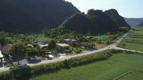 Η στενή εναέρια κίνηση στο χωριό στεγάζει κοντά στο δρόμο στην κοιλάδα φιλμ μικρού μήκους