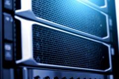 Η στενή επάνω παγιδευμένη σκληρή κάλυψη κίνησης ραφιών κεντρικών υπολογιστών θόλωσε το βάθος πλαισίων του φθορισμού μπλε φωτός το στοκ φωτογραφία με δικαίωμα ελεύθερης χρήσης