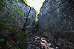Η στενή μετάβαση μεταξύ των βράχων Στοκ Φωτογραφίες