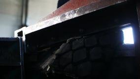 Η στενή τέμνουσα μηχανή άποψης λειτουργεί με τις χρησιμοποιημένες ρόδες στο κατάστημα απόθεμα βίντεο