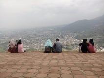 Η στιγμή απολαμβάνει το βουνό υψηλότερο στοκ φωτογραφίες