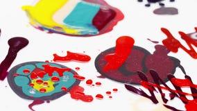 Η στιλβωτική ουσία καρφιών (σμάλτο) ανάμιξε τα πολύχρωμα δείγματα που περιστρέφονται, βρόχος απόθεμα βίντεο