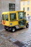 Η Στοκχόλμη, Σουηδία, σουηδικό ταχυδρομικό αυτοκίνητο παραδίδει το ταχυδρομείο Στοκ εικόνες με δικαίωμα ελεύθερης χρήσης