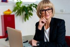 Η στοχαστική επιχειρησιακή κυρία κάθισε στην αρχή Στοκ Εικόνα