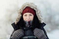 Η στοχαστική χαμογελώντας γυναίκα έντυσε τη θερμή να εξετάσει κάμερα Στοκ εικόνες με δικαίωμα ελεύθερης χρήσης