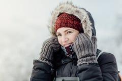 Η στοχαστική χαμογελώντας γυναίκα έντυσε τη θερμή να εξετάσει απόσταση Στοκ Φωτογραφίες