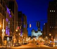 Η στο κέντρο της πόλης Νέα Υόρκη του Άλμπανυ που εξετάζει το κτήριο capitol Στοκ φωτογραφία με δικαίωμα ελεύθερης χρήσης