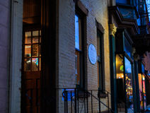 Η στο κέντρο της πόλης τρόυ Νέα Υόρκη σε μια βροχερή νύχτα με τα καταστήματα, τους φραγμούς, τα Μουσεία Τέχνης και τα εστιατόρια Στοκ φωτογραφία με δικαίωμα ελεύθερης χρήσης