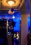 Η στο κέντρο της πόλης τρόυ Νέα Υόρκη σε μια βροχερή νύχτα με τα καταστήματα, τους φραγμούς, τα Μουσεία Τέχνης και τα εστιατόρια Στοκ φωτογραφίες με δικαίωμα ελεύθερης χρήσης