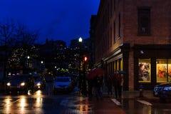 Η στο κέντρο της πόλης τρόυ Νέα Υόρκη σε μια βροχερή νύχτα με τα καταστήματα, τους φραγμούς, τα Μουσεία Τέχνης και τα εστιατόρια Στοκ Φωτογραφία