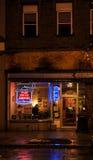 Η στο κέντρο της πόλης τρόυ Νέα Υόρκη σε μια βροχερή νύχτα με τα καταστήματα, τους φραγμούς, τα Μουσεία Τέχνης και τα εστιατόρια Στοκ Εικόνες