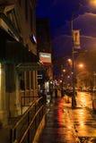 Η στο κέντρο της πόλης τρόυ Νέα Υόρκη σε μια βροχερή νύχτα με τα καταστήματα, τους φραγμούς, τα Μουσεία Τέχνης και τα εστιατόρια Στοκ Φωτογραφίες