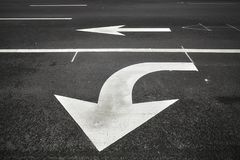 Η στροφή ή πηγαίνει ευθέα σημάδια οδών στην άσφαλτο Στοκ φωτογραφία με δικαίωμα ελεύθερης χρήσης
