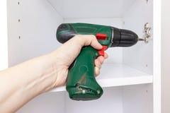 Η συγκέντρωση των επίπλων από το χαρτόνι, που χρησιμοποιεί ένα ασύρματο κατσαβίδι, κλείνει επάνω στοκ εικόνες