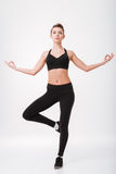 Η συγκεντρωμένη νέα γυναίκα ικανότητας κάνει τις ασκήσεις γιόγκας στοκ φωτογραφία με δικαίωμα ελεύθερης χρήσης