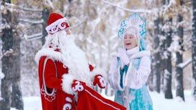 Η συγκινημένη γυναίκα που ντύνεται στο κοστούμι του κοριτσιού χιονιού είναι ευτυχής να δει τα δώρα στην τσάντα απόθεμα βίντεο