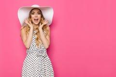Η συγκινημένη κομψή γυναίκα στο άσπρο καπέλο ήλιων φωνάζει Στοκ εικόνες με δικαίωμα ελεύθερης χρήσης