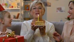 Η συγκινημένη λήψη γιαγιάδων παρουσιάζει και κέικ από την οικογένεια, χαρά από κοινού φιλμ μικρού μήκους