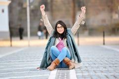 Η συγκινημένη νέα γυναίκα με παραδίδει τον αέρα Στοκ φωτογραφίες με δικαίωμα ελεύθερης χρήσης
