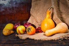 Η συγκομιδή φθινοπώρου των κόκκινων μήλων, αχλάδι, κολοκύθες που βρίσκεται στο λινό σβολιάζει Στοκ φωτογραφία με δικαίωμα ελεύθερης χρήσης
