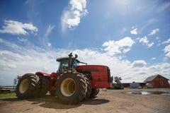 Η συγκομιδή εργασίας συνδυάζει στον τομέα του σίτου στοκ φωτογραφίες με δικαίωμα ελεύθερης χρήσης