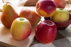 Η συγκομιδή φθινοπώρου των μήλων και των αχλαδιών είναι backlight Στοκ φωτογραφία με δικαίωμα ελεύθερης χρήσης
