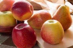 Η συγκομιδή φθινοπώρου των μήλων και των αχλαδιών είναι backlight Στοκ Εικόνα