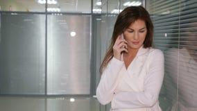 Η συζήτηση επιχειρησιακής κυρίας εξετάζει το συνεργάτη έννοια επιχειρήσεων και επικοινωνίας φιλμ μικρού μήκους