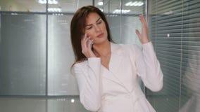 Η συζήτηση επιχειρησιακής κυρίας εξετάζει το συνεργάτη έννοια επιχειρήσεων και επικοινωνίας απόθεμα βίντεο