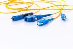 Η συμβολική φωτογραφία συνδετήρων οπτικών ινών για γρήγορο Διαδίκτυο συνδέει στοκ φωτογραφίες
