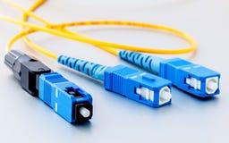 Η συμβολική φωτογραφία συνδετήρων οπτικών ινών για γρήγορο Διαδίκτυο συνδέει στοκ φωτογραφία με δικαίωμα ελεύθερης χρήσης