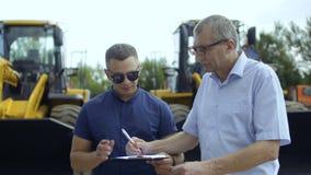 Η συμφωνία σημαδιών της Farmer για την αγορά του τρακτέρ και λαμβάνει τα κλειδιά τρακτέρ από το διευθυντή απόθεμα βίντεο