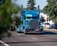 Η συνήθεια χτίζει ημι φορτηγό εγκαταστάσεων γεώτρησης τεράτων το μπλε μεγάλο με το ανοξείδωτο stee Στοκ Εικόνα