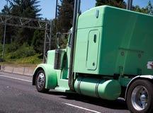 Η συνήθεια χτίζει το μεμονωμένο πράσινο αρχικό μεγάλο ημι φορτηγό εγκαταστάσεων γεώτρησης με το γ στοκ φωτογραφία
