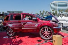 Η συνήθεια SUV στην επίδειξη κατά τη διάρκεια του ΑΝΤΙΓΡΆΦΟΥ παρουσιάζει γύρο στοκ εικόνες