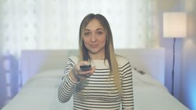 Η συναισθηματική γυναίκα προσέχει τη TV απόθεμα βίντεο
