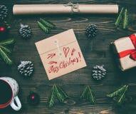 Η συναυλία του νέου έτους, ένα τυλιγμένο δώρο, τυλίγοντας έγγραφο, χριστουγεννιάτικο δέντρο διακλαδίζεται και παιχνίδια σε ένα ξύ στοκ εικόνες με δικαίωμα ελεύθερης χρήσης
