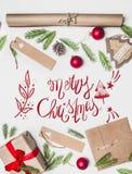 Η συναυλία του νέου έτους, τυλιγμένο δώρο, τυλίγοντας έγγραφο, χριστουγεννιάτικο δέντρο διακλαδίζεται και παιχνίδια σε ένα άσπρο  στοκ φωτογραφία