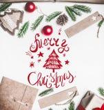 Η συναυλία του νέου έτους, τυλιγμένο δώρο, τυλίγοντας έγγραφο, χριστουγεννιάτικο δέντρο διακλαδίζεται και παιχνίδια σε ένα άσπρο  στοκ φωτογραφία με δικαίωμα ελεύθερης χρήσης
