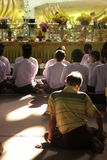 Η συνεδρίαση ατόμων στον ήλιο λάμπει στοκ φωτογραφίες