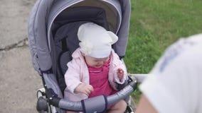 Η συνεδρίαση παιδιών στη μεταφορά μωρών και να φωνάξουν, το παιδί δεν είναι ευτυχείς φιλμ μικρού μήκους