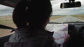 Η συνεδρίαση ταξιδιωτικών κοριτσιών στο οδηγώντας αυτοκίνητο που φαίνεται χάρτης και βρίσκει τον τρόπο απόθεμα βίντεο
