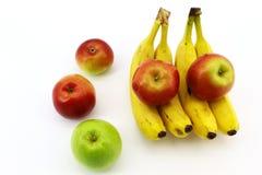 Η συνεδρίαση των μήλων και των μπανανών σε ένα άσπρο υπόβαθρο στοκ φωτογραφία με δικαίωμα ελεύθερης χρήσης