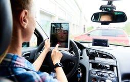 Η συνεδρίαση γυναικών σε ένα αυτοκίνητο και το παιχνίδι ενός Pokemon πηγαίνουν παιχνίδι Στοκ εικόνες με δικαίωμα ελεύθερης χρήσης