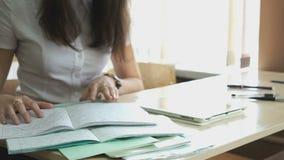 Η συνεδρίαση κοριτσιών στο γραφείο ψάχνει το copybook απόθεμα βίντεο