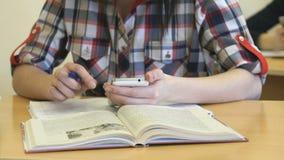 Η συνεδρίαση σπουδαστών στο γραφείο γράφει το κείμενο στο copybook φιλμ μικρού μήκους