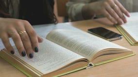 Η συνεδρίαση σπουδαστών στο γραφείο κτυπά τις σελίδες του βιβλίου απόθεμα βίντεο
