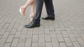 Η συνεδρίαση του ζεύγους για αρσενικών και θηλυκών πόδια ημερομηνίας, κλείνει επάνω απόθεμα βίντεο