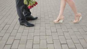Η συνεδρίαση του ζεύγους για αρσενικών και θηλυκών πόδια ημερομηνίας, κλείνει επάνω φιλμ μικρού μήκους